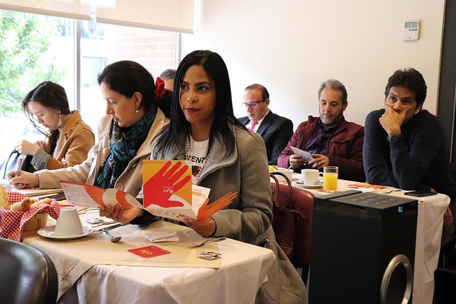 Asistentes observan obras sociales de la ACF